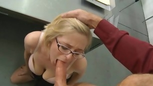 Schoolgirl widens her fingertips for her first aged dick